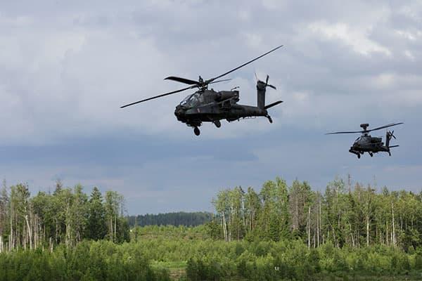 Các trực thăng AH-64 Apache trong diễn tập chiến đấu cho cuộc tập trận Nhát Kiếm (Ảnh: Andrejs Strokins)