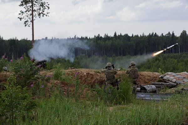 Lính Mỹ bắn tên lửa chống tăng Javelin trong diễn tập chiến đấu cho cuộc tập trận Nhát Kiếm (Ảnh: Andrejs Strokins)