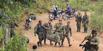 Binh lính Colombia khiêng thi thể của một đồng đội thiệt mạng trong một cuộc tấn công của phiến quân ở làng La Esperanza, ngày 15-4-2015. Tổng thống Santos đã ra lệnh mở lại các cuộc không kích chống phiến quân FARC sau một cuộc tấn công mà ông cho là của phiến quân làm 10 binh sĩ thiệt mạng. (Ảnh: Jaime Saldarriaga/Reuters)