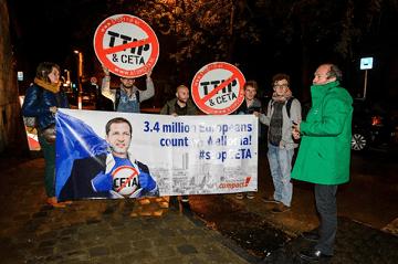 Biểu tình chống CETA bên ngoài nghị viện vùng Wallonia hôm 18-10-2016. (Ảnh: Nicolas Lambert)