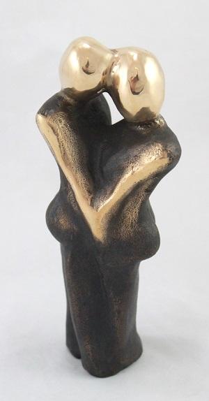bronzeskulptur_lene_purkaer_stefansen_bronzefigur_kunst_skulpturer_kaerlighed_er_en_der_kaertegner_din_kind