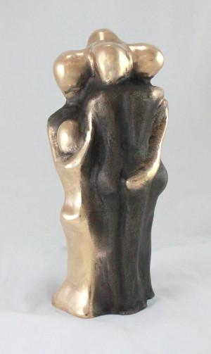 en_bronzeskulptur_lene_purkaer_stefansen_bronzefigur_kunst_skulpturer_sammen_staer_vi_om_et_haeb_for_fremtiden