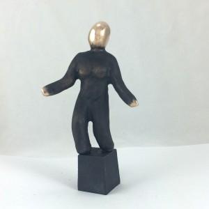 Bronzeskulptur_lene_purkaer_stefansen_fremtiden_tegner_lys_for_en verde_som_moedes_med_en_omsorgsfuldhed_som_din