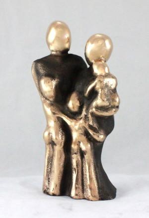 bronzeskulptur_lene_purkaer_stefansen_kaerlighed_vores_dejlige_familie_med_3_boern_tre_boern_naervaer