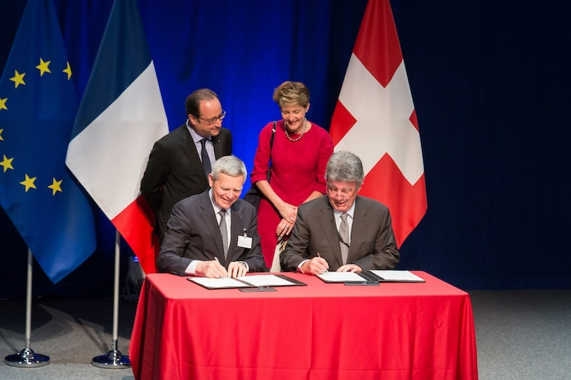 President Sommaruga and President Hollande signing and agreement between L'Ecole polytechnique and EPFL in 2015. Source: Flickr
