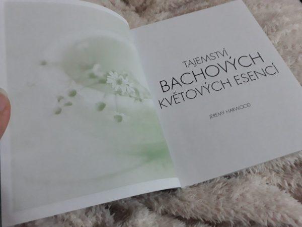 kniha Tajemství bachových květových esencí