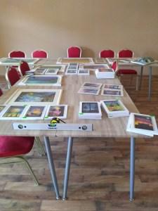 obrazy na stoloch, stoličky , výstavná miestnosť