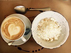 latte v sálke, latte art, polenta so syrom v miske, lyžička