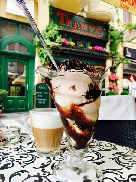 čokoládová pena vo vysokom pohári, káva, Niš, Srbsko