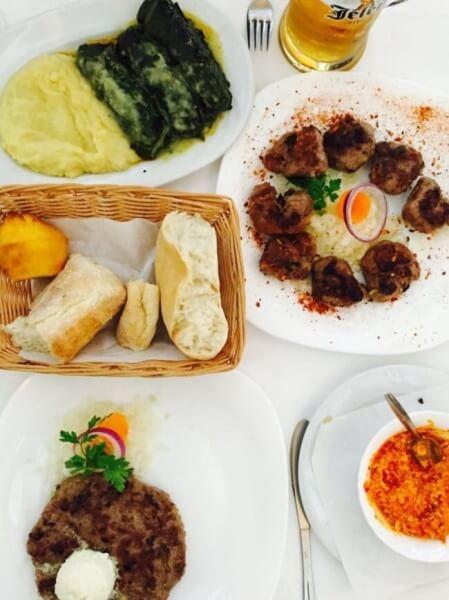 srbské jedlo, pljeskavica, čevapi, ajvar