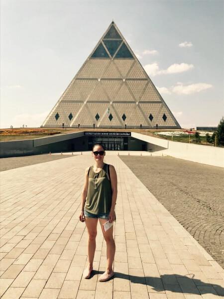 Palác mieru a zmierenia, Astana, Nursultan, Kazachstan, Lenka Says, LenkaSays, Travel & Lifestyle Blog, blog o cestovaní, blog o životnom štýle, cestovateľský blog, lajfstajlový blog