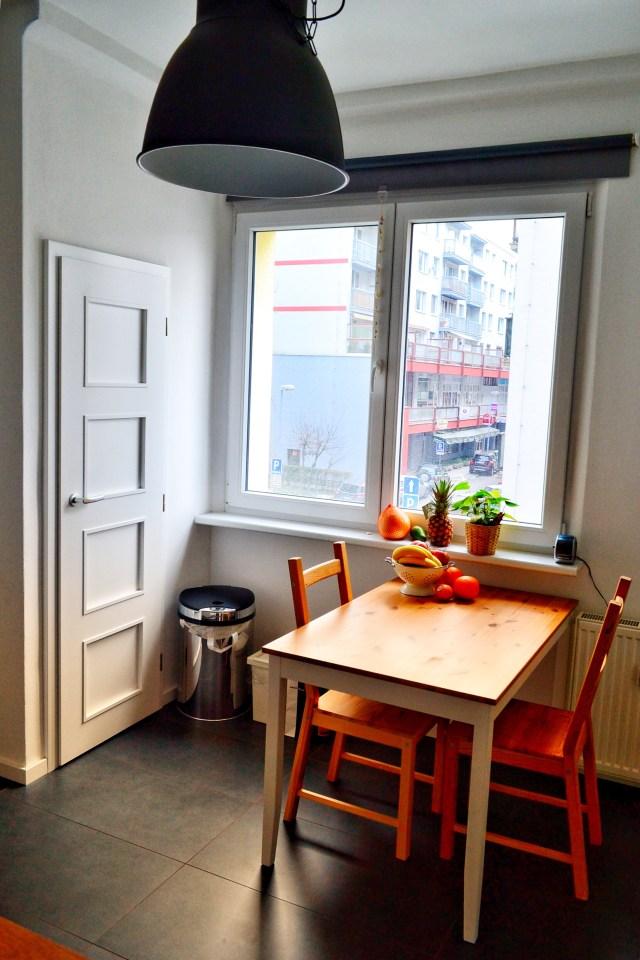 ako zariadiť kuchyňu, nová kuchyňa so stolom a stoličkami