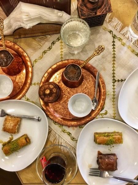 stôl s bosnianskou kávou v džezve a baklavou na tanieri, Sarajevo
