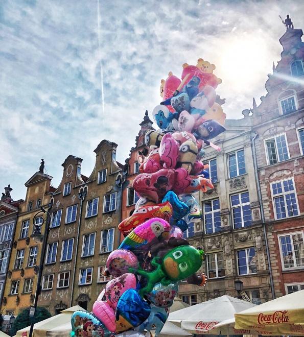 héliové balóny na námestí v Gdansku