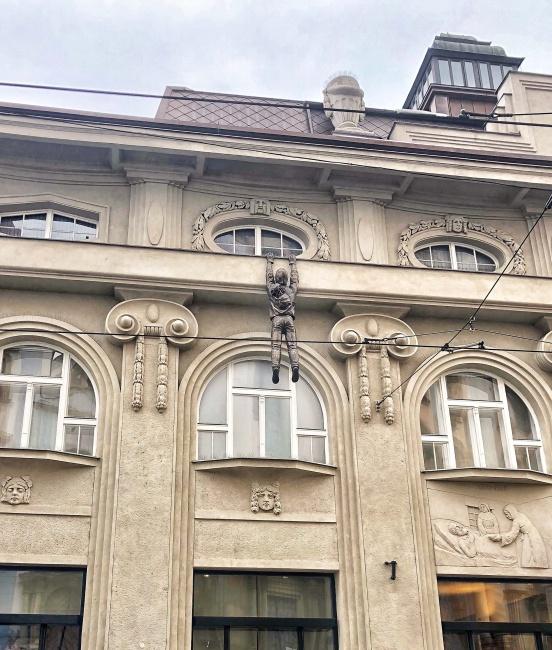 Múzeum umenia, Olomouc, Česká republika, muž na rímse, David Černý