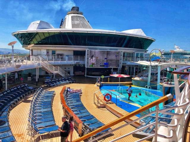 plavby loďou, Vonkajšia paluba s bazénom na lodi Jewel of the Seas