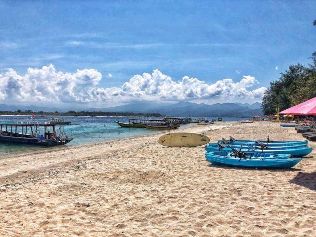 pláž na Gili Trawangan s pohľadom na Gili Meno v pozadí Lombok, ostrovy Gili