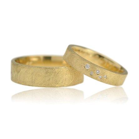 Trouwringenset Van Geelgoud Met Een Kriskrasbewerking En Vijf Diamanten