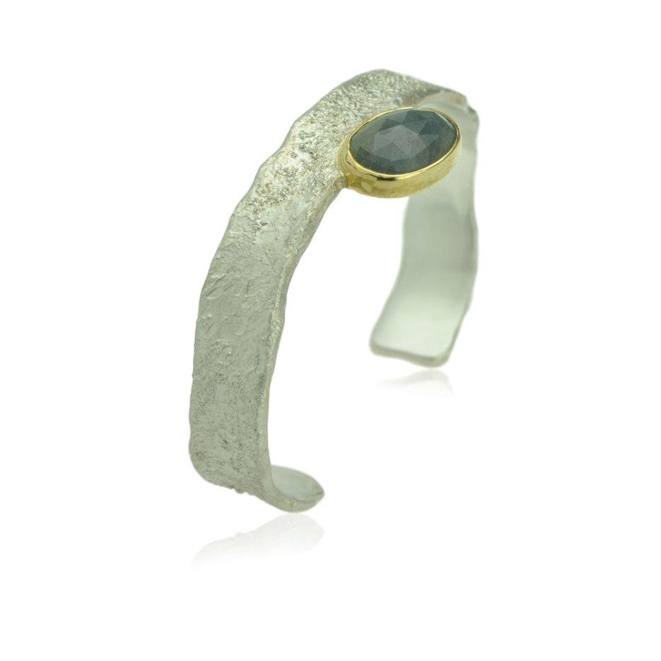Zilveren Armband Met Een Aardse Structuur En Een Roosgeslepen Saffier In Een Geelgouden Zetting