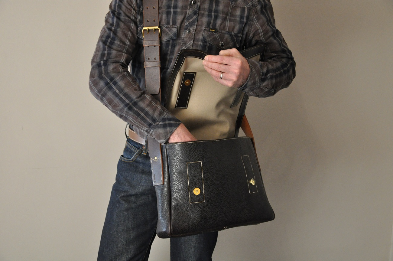 Men's bag cowhide. ideal for cycling, motorcycling or on feet. Made in France by LE NOËN.