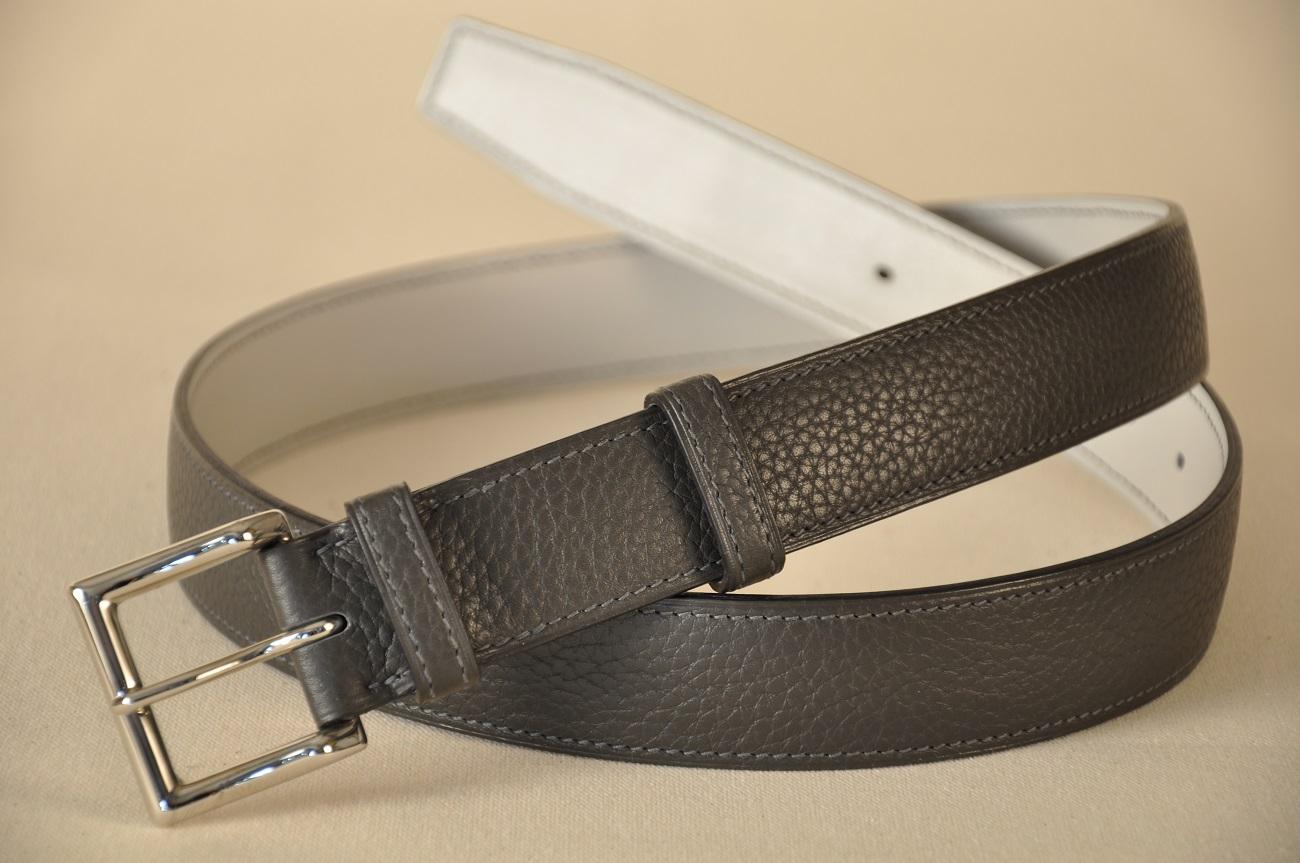 Pour une ceinture sur-mesure, le client choisit le cuir du dessus, le cuir du dessous, la boucle, la couleur du fil. Sa taille est prise et Philippe LE NOËN fabrique une ceinture qui sera personnalisée, unique.