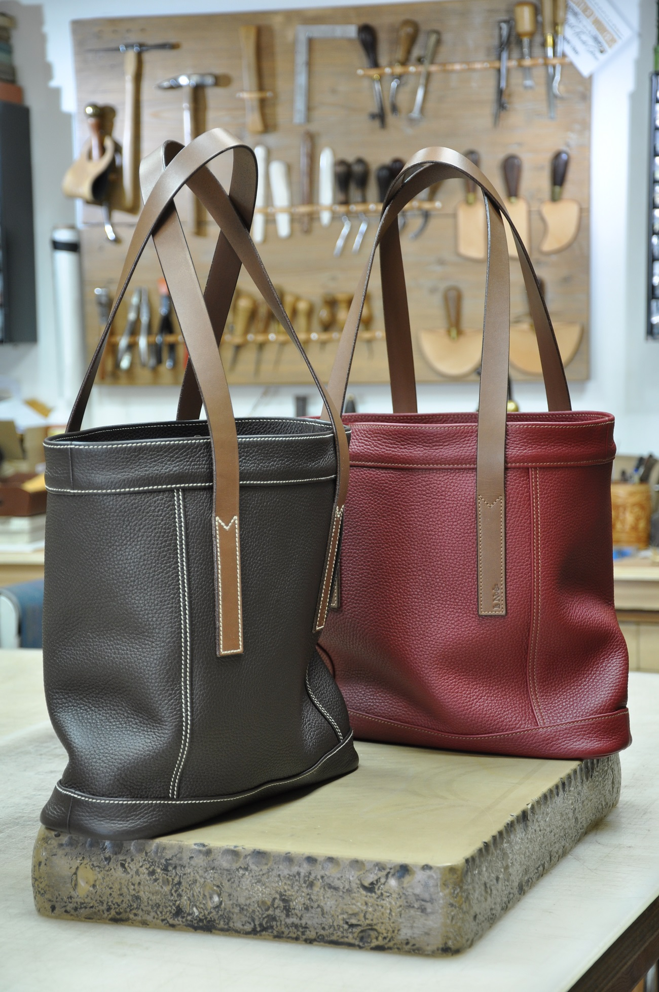 Bags for women custom-made for Christmas. You choice the leather and the kind of handles. Made in France by LE NOËN leather goods makers.