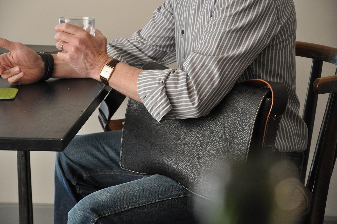 Besace Dan en taurillon doublée en coton beige. Pour le travail ou tous les jours, format A4 ou pour un ordinateur. Création LE NOËN