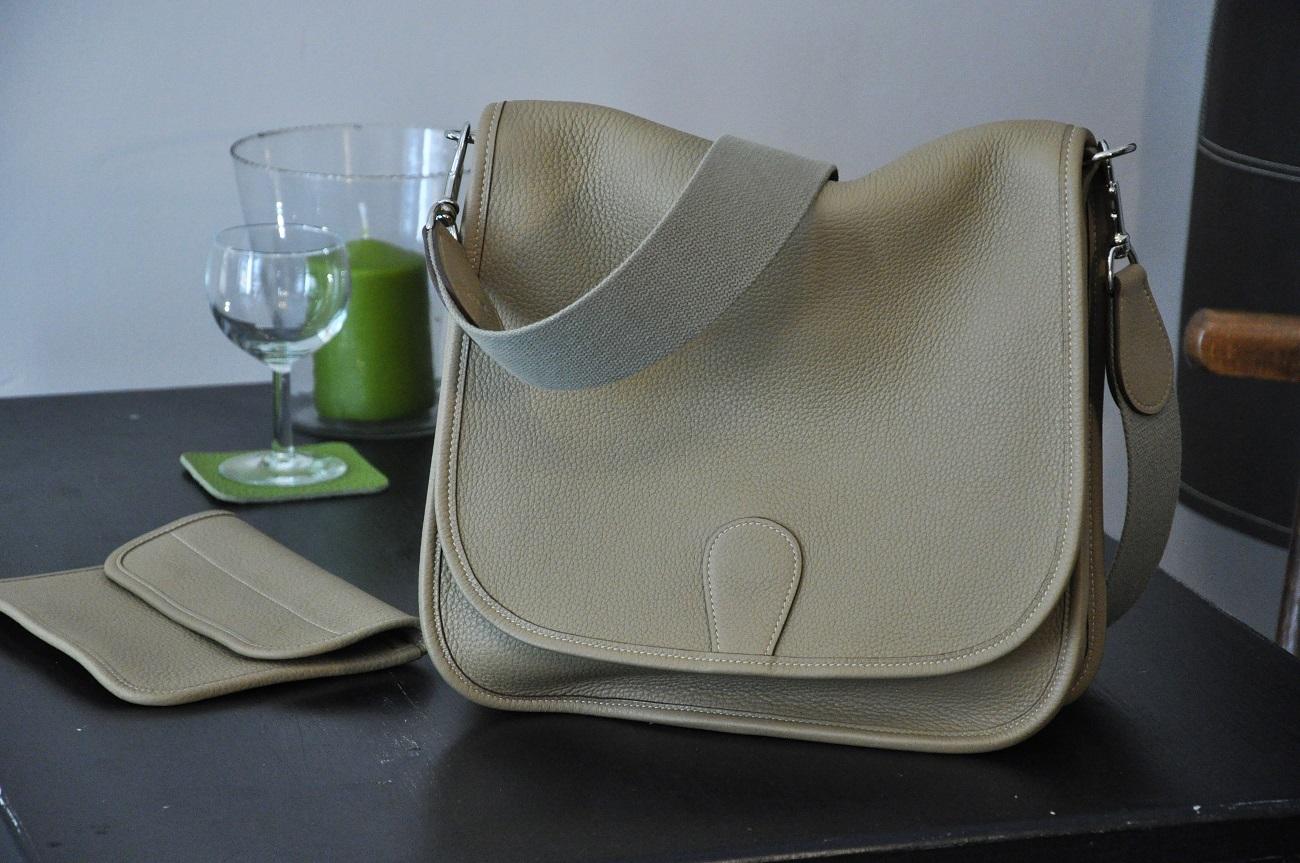 La besace Martha est fabriquée en taurillon couleur poussière, non doublée. Création et fabrication LE NOËN sellier maroquinier du luxe - France