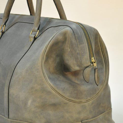 Bagage parfait pour voyager avec style. Pièce unique d'exception. Créez le vôtre en choisissant le cuir, la doublure, le fil. Made in France.