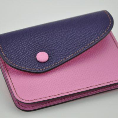 Porte-monnaie Duo en veau grainé rose et violet. Poches pour les pièces, les billets et carte bleue. Fabrication française LE NOËN artisan du luxe.