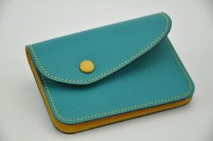 Porte-monnaie en veau grainé turquoise et jaune. Idéal pour la monnaie, les billets et carte bleue. Fabrication 100% française