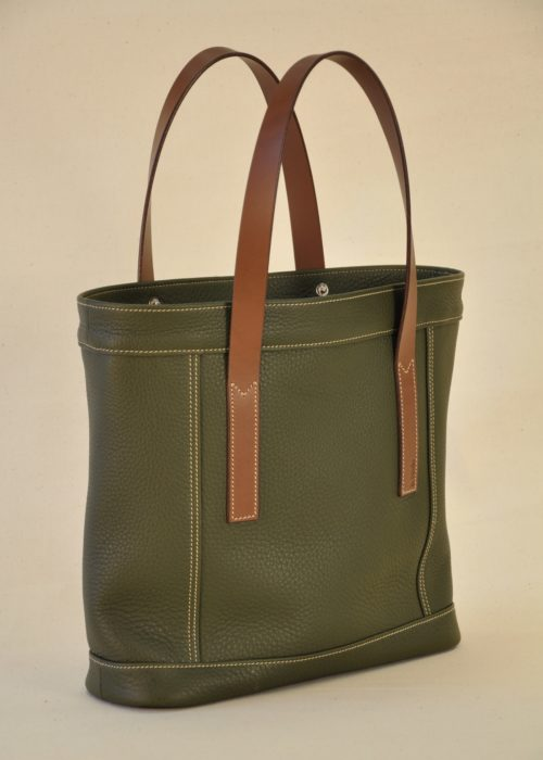 Woman's handbag made in taurillon leather. It has flat handles in brown vegetable tanned cowhide. Made in France by LE NOËN.