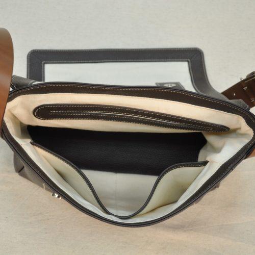 La besace Heidi est doublée en lin avec un aménagement de poches. Création et fabrication française par les selliers maroquiniers du luxe LE NOËN.