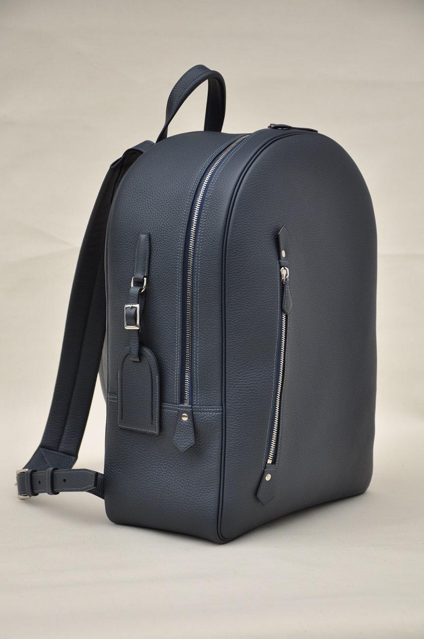 Sac à dos en cuir sur-mesure grand modèle fabriqué en taurillon. Design et fabrication par un artisan du luxe français.