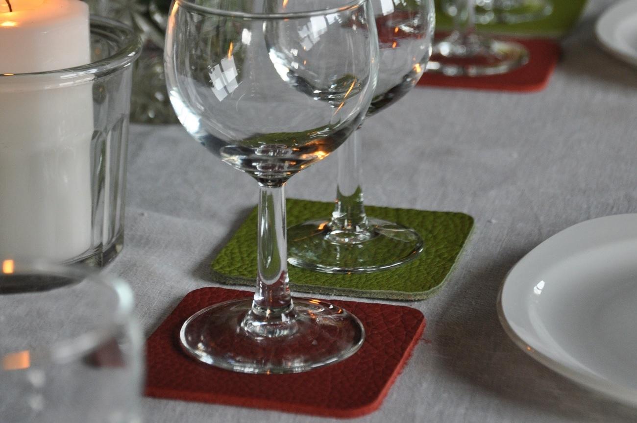 Dessous de verre en cuir. L'accessoire parfait pour recevoir des amis autour d'un verre. Décoration