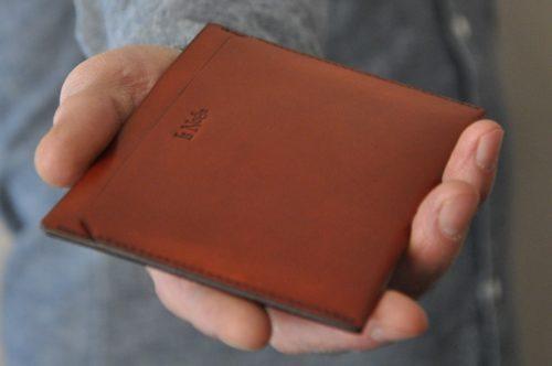 Etui pour passeport ou papiers. L'accessoire en cuir idéal qui tient dans la poche.