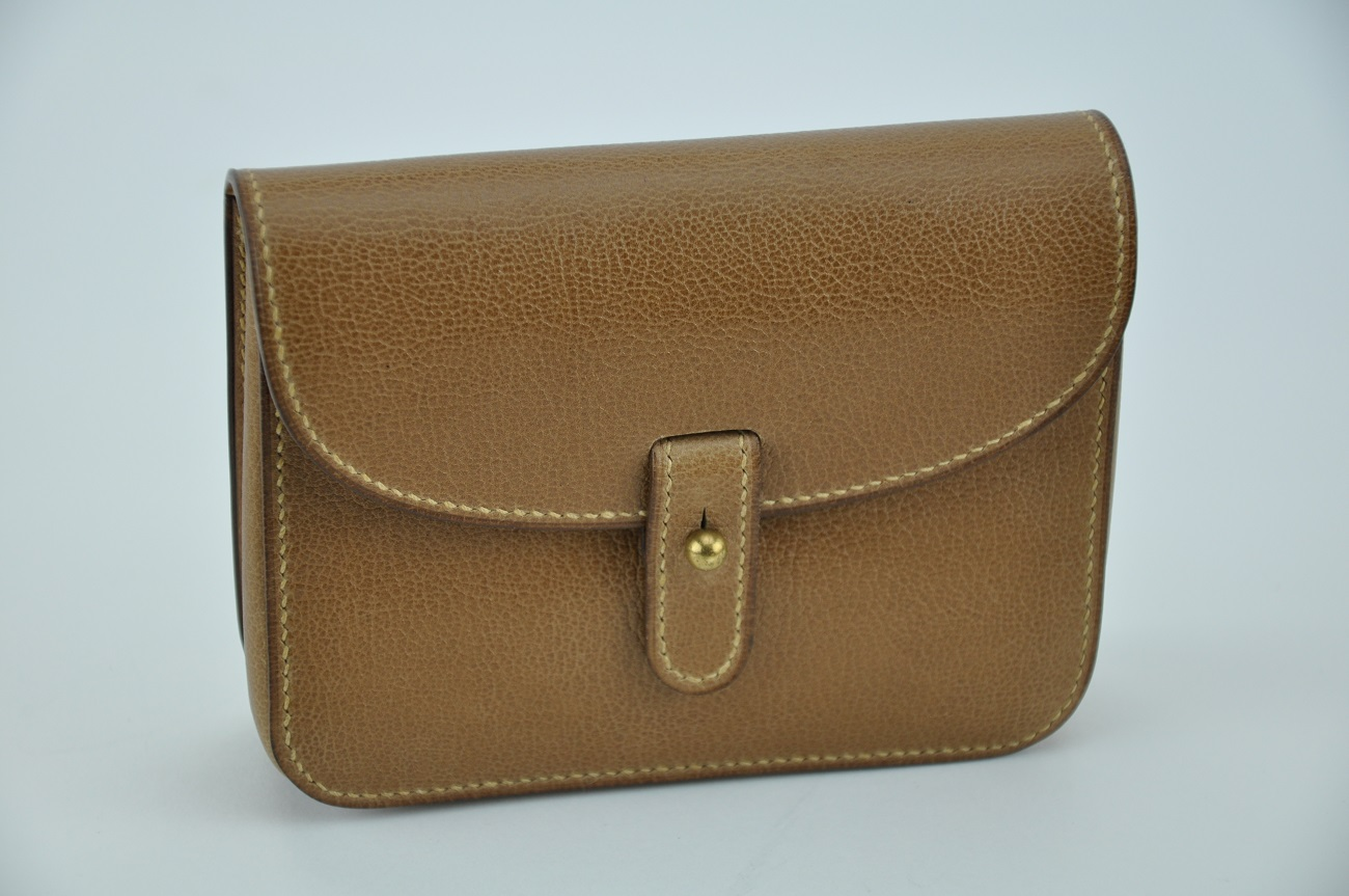Pochette pour homme et femme, se porte à la ceinture. Petit et pratique, l'accessoire idéal pour une escapade.