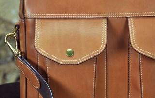 Sac pour homme en veau, avec des poches et une large bandoulière pour le confort. Made in France