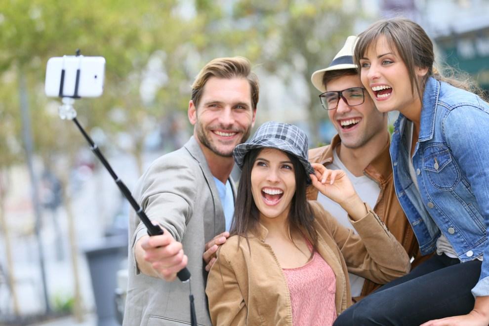 Ce que la perche à selfie dit de nous | Revue consacrée à la ...