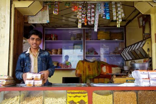 the merchant by the railroad tracks / maha mandir temple, india