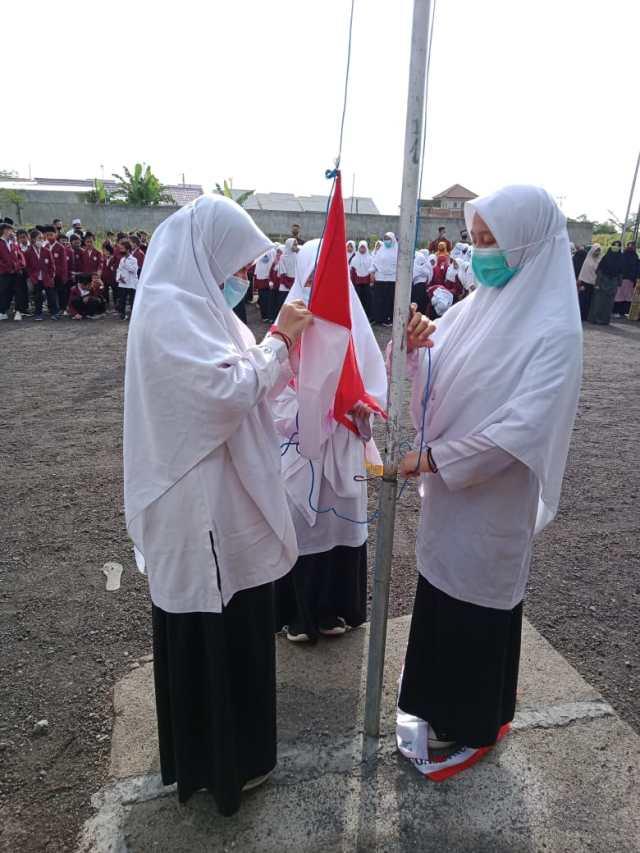 Aneka pernak-pernik menyambut Hari Kemerdekaan ke-70 dijajakan oleh penjual di Kawasan Jatinegara, Jakarta, Rabu (12/8).