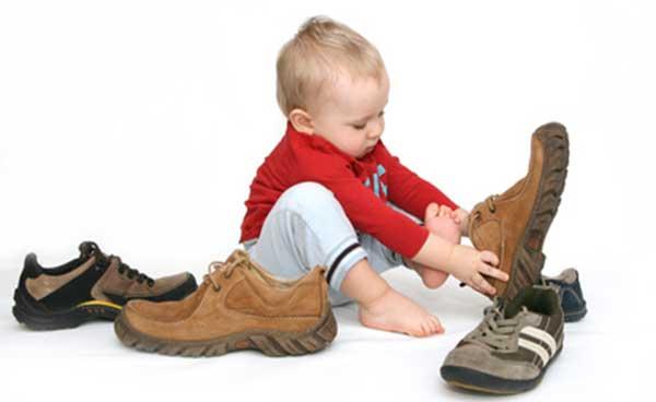 Mengajarkan Anak Memakai Sepatu Sendiri
