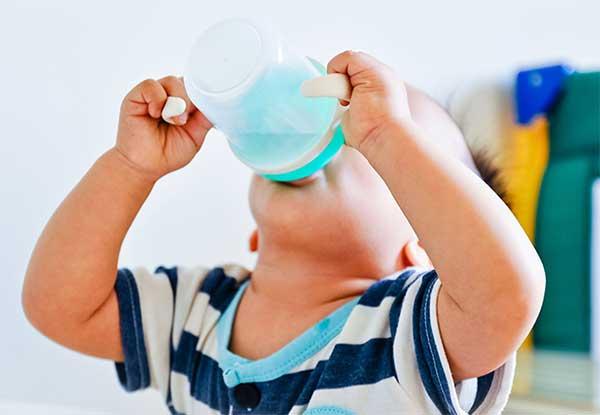 Mengajarkan Si Kecil Minum Dari Gelas