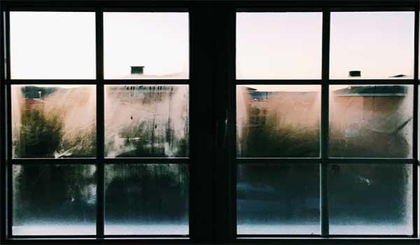 Membersihkan Kaca Jendela Rumah