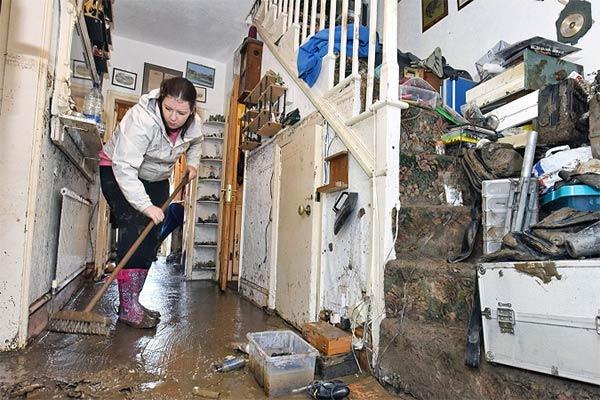 Membersihkan Rumah Akibat Banjir