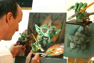il pittore James Gurney mentre dipinge copiando un pupazzetto di plastilina.