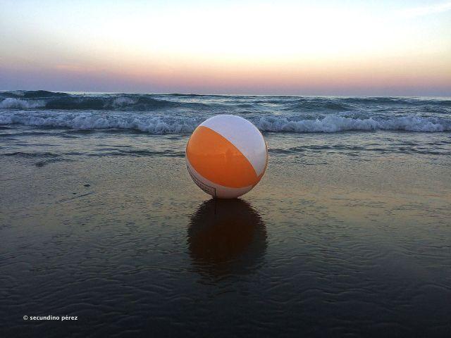 pelota de playa en la orilla del mar