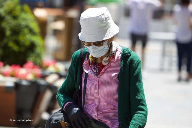 mujer con mascarilla y guantes
