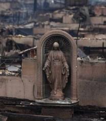 Nossa Senhora das Graças esmaga perpetuamente a serpente. Na foto, a imagem que resistiu ao furação Sandy.