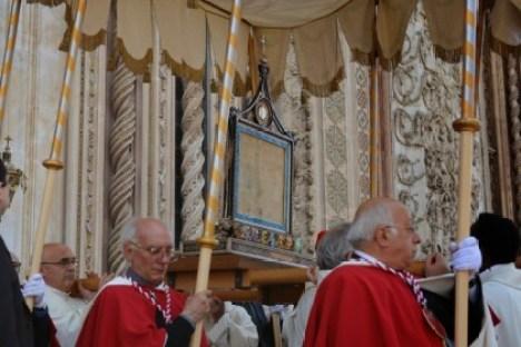 O sacrossanto Corporal, levado num andor, sob um belo pálio, na procissão de Corpus Christi em Orvieto